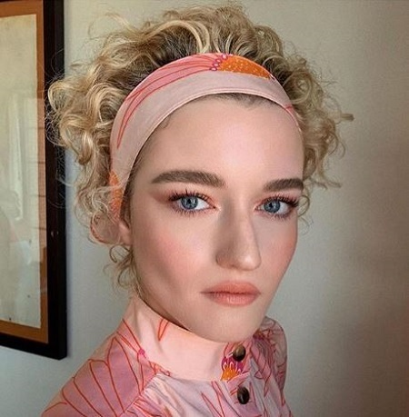 Julia Garner Is Married Who Is Her Husband Mark Foster Net